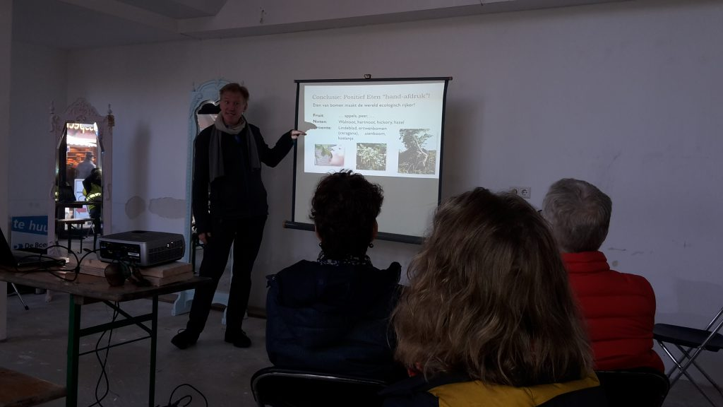 Goran geeft een lezing over duurzaamheid en planetaire grenzen.
