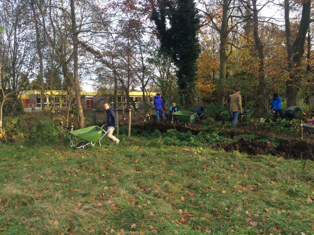 We waren met 16 vrijwilligers die de hele middag heeft compost en takken gehaald, en uiteindelijk de bomen geplant.