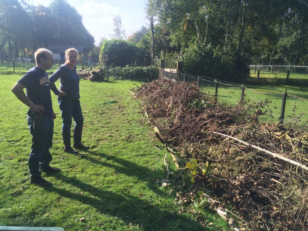 De basis van de hugelbed is een hele hoop takken en boomstammen.