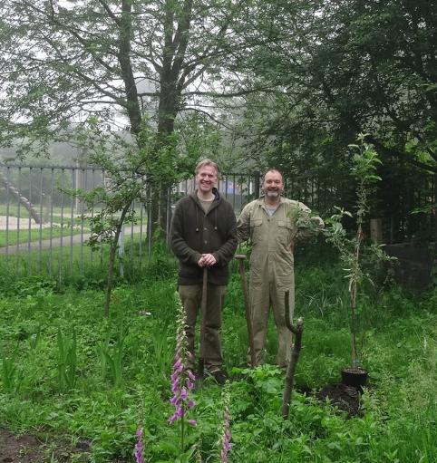 Wij planten en verzorgen de bomen samen, de vrijwilligers van EetbaarSoest.